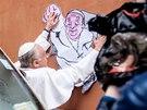 Upjatý rozhodně není. Papež František a vatikánské supermanovské graffiti od