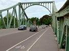 Glienicker most v Postupimi. Přímo tady pod středním nosníkem probíhala hranice mezi západním a východním Německem. Na tomto mostě se také vyměňovali špioni nebo politicky nepohodlní lidé.