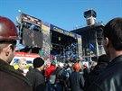 Protesty jsou organizované, z pódia neustále zaznívají pokyny a informace (21. února 2014)