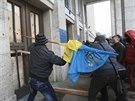 Dav demonstrantů se snažil proklestit si cestu do zabarikádovaného sídla...