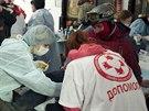 Zdravotníci pomáhají zraněným demonstrantům v Chrámu svatého Michala nedaleko...