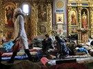 Lidé odpočívají v Chrámu svatého Michala v Kyjevě, který se zároveň proměnil v...