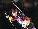 Německá biatlonistka Evi Sachenbacherová-Stehleová při závodu na 12,5 kilometru s hromadným startem. (17. února 2014)