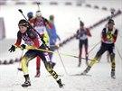 Německá biatlonistka Evi Sachenbacherová-Stehleová (vpředu) při olympijském závodu na 10 kilometrů. (11. února 2014)