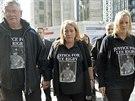 Otec, matka a sestra zavražděného britského vojáka Lee Rigbyho při protestu...
