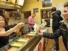 Úbytek zákazníků na Stodolní ulici pocítili i v prodejnách rychlého občerstvení.