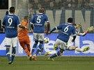 SKOK NA DRUHOU STRANU. Karim Benzema z Realu Madrid (druhý zleva) střílí gól do