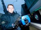 V Brně provádí měření míry znečištění ovzduší speciálním zařízením expert...