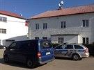 V Zadní Třebani zemřela žena, kriminalisté mají podezření na otravu metanolem....