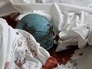 Zkrvavená helma mrtvého demonstranta na podlaze kyjevského hotelu Ukrajina.