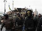 Protestující v Kyjevě stavějí další barikády na Náměstí nezávislosti.
