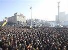Náměstí Nezávislosti je v pátek 21. února odpoledne plné lidí.