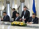 Dohodu o smíru podepsali s prezidentem Janukovyčem podepsali opoziční předáci