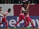 Fotbalisté Olympiakosu Pireus slaví gól ' Alejandra Domingueze (čtvrtý zleva) v...