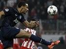 Rio Ferdinand z Manchesteru odkopává míč v úvodním utkání osmifinále Ligy...