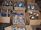 Policisté nalezli 42 plastových kanystrů o objemu šesti litrů s obsahem vodky...