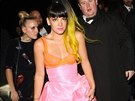 Lily Allen se na party po cenách převlékla do extravagantnějšího modelu s...