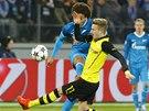 Marco Reus z Borussie Dortmund blokuje st�elu Axela Witsela ze Zenitu