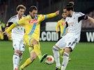 Gonzalo Higuaín (vlevo) z Neapole Chico ze Swansea bojují o míč.
