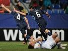 Fotbalisté Alkmaaru slaví gól, zatímco zklamaní Liberečtí schovávají tváře do...