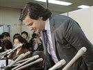 Omluvu pronesl Karpeles v japon�tin�, pot� se na tiskov� konferenci hluboce...