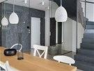 Obývací pokoj odděluje od vstupu pouze prosklená posuvná příčka.