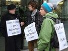 Skupina architektů při protestním setkání odevzdala olomouckému magistrátu...