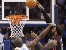 PĚKNÉ, ALE BOLESTIVÉ. LeBron James (vpravo) z Miami dostal míč do koše Oklahoma...