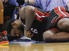 LeBron James z Miami leží na palubovce se zlomeným nosem.