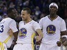 Draymond Green, Stephen Curry a Jermaine O'Neal (zleva) slav� dobr� �sek v...