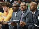 Jan Veselý (vlevo) má na lavičce blízko k vedení svého týmu Denver Nuggets....