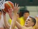 Jaroslav Mareš ze Sršňů Písek míří na koš Basketu Košíře.