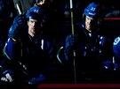Švédská dvojčata Daniel (vlevo) a Henrik Sedinové na střídačce Vancouveru.
