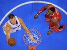 Blake Griffin z LA Clippers dost�v� m�� do ko�e Houstonu, Dwight Howard u� jen...