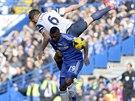 POZOR NA RUKU! Phil Jagielka z Evertonu (v bílém zády) si vyskočil do vzduchu...