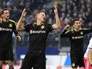 TO SNAD NENÍ PRAVDA. Dortmundští hráči (zleva) Manuel Friedrich, Lukasz...