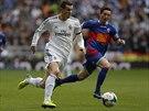 Gareth Bale (vlevo) z Realu Madrid v b�eck�m souboji s Eduem Albacarem z Elche.