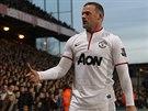 TAK TOHLE NE, PÁNOVÉ... Útočník Manchesteru United Wayne Rooney hází zpět...