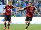 POJĎ SI PLÁCNOUT. Adil Rami z AC Milán (vpravo) slaví se spoluhráčem Keisukem...