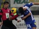 KOPAČKA K HLAVĚ. Boleslavský stoper Ondřej Kúdela (vlevo) bojuje o míč s...