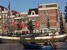 V Amsterdamu bydlí stovky rodin na vodě v hausbótech. Spousta domů i lodí nemá