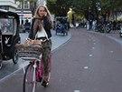 Holanďané zvládají při jízdě na kole spoustu dalších činností – od držení