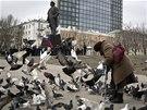 Demonstrace u Leninovy sochy ve východoukrajinském Doněcku.