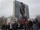 Lidé se sešli před sochou Vladimira Lenina v Doněcku.