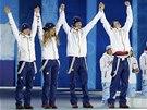 STŘÍBRNÝ TÝM. Čeští biatlonisté Veronika Vítková, Gabriela Soukalová, Jaroslav Soukup a Ondřej Moravec si jdou pro medaile za smíšenou štafetu.