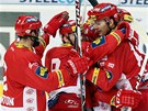 Hokejist� Slavie se raduj� z g�lu na led� V�tkovic.