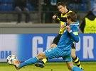 KANON�R V AKCI. R�bert Lewandowski z Dortmundu (ve �lut�m) p�l� na br�nu Zenitu...