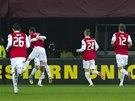 NEŠŤASTNÝ POHLED PRO LIBERECKÉ. Fotbalisté Alkmaaru se radují z vedoucího gólu.