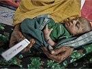 Matka s d�t�tem �ekaj� na v�sledky malarick�ho testu.