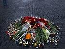 Na řadě místech Kyjeva Ukrajinci vytvořili z květin památníky lidí, kteří